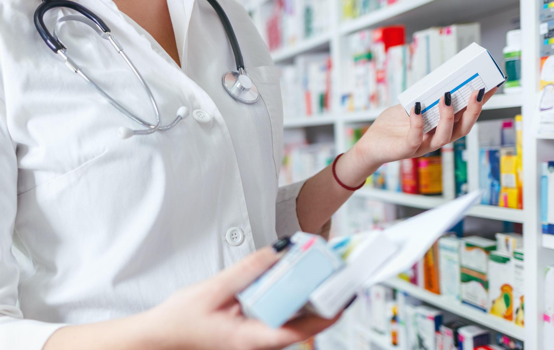 Le comptable de pharmacies vérifie les informations financières