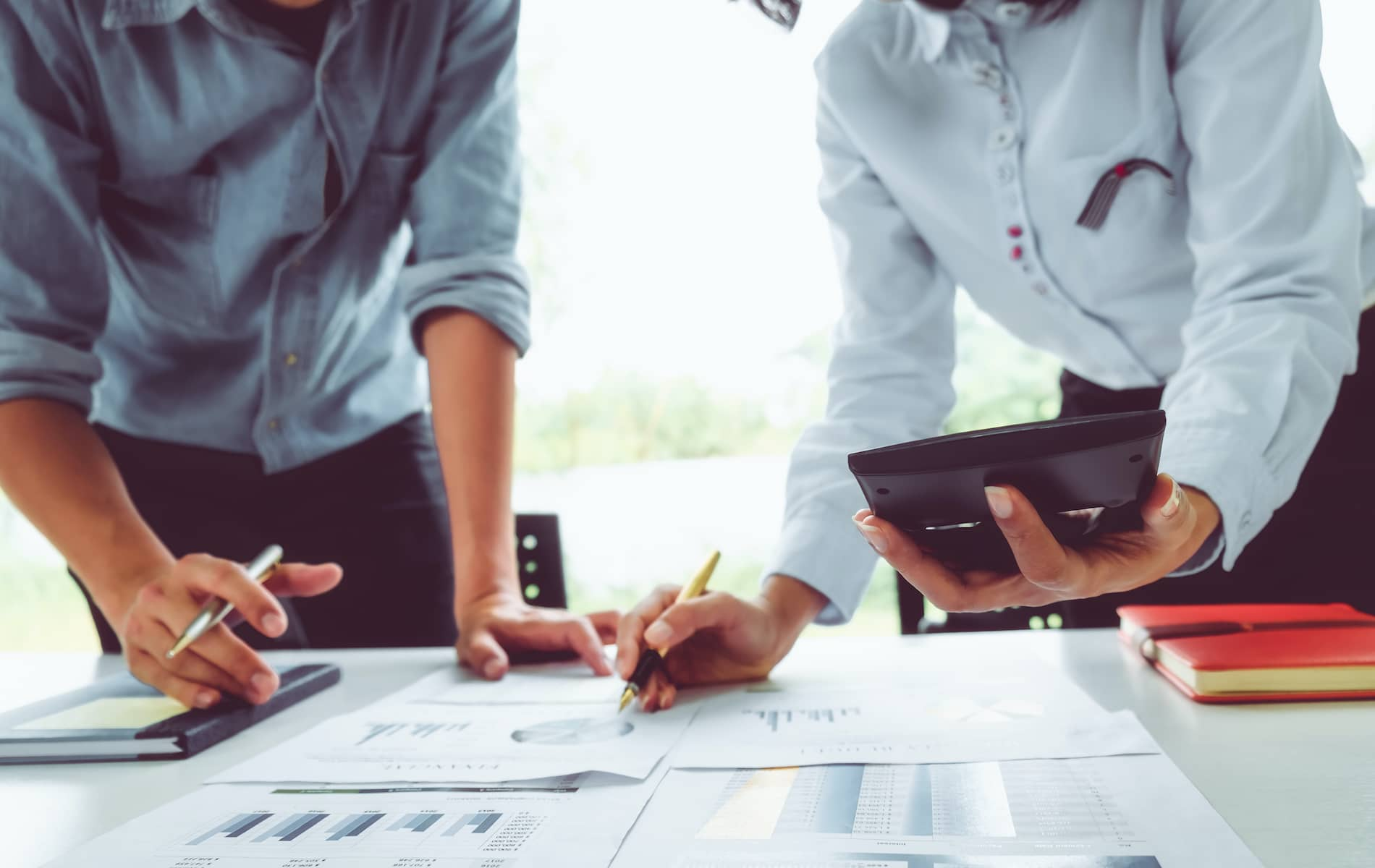 Le comptable de pharmacies effectue les analyses des comptes et les plans d'affaires